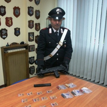 Caivano, carabinieri sequestrano una micidiale pistola mitragliatrice uzi nel sottoscala di una palazzina IACP