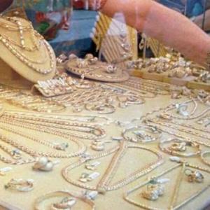 Giugliano, si fingono clienti e rapinano la gioielleria Platino. Bottino 150 mila euro.
