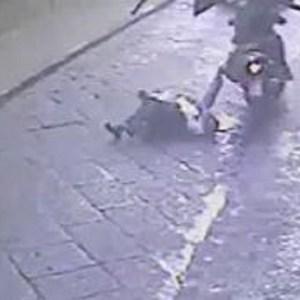 Scippano una donna e la trascinano per una decina di metri. Guarda il video