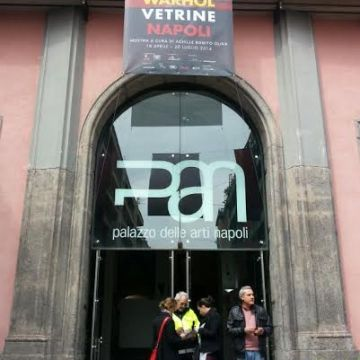 """La Napoli della cultura si risveglia con la mostra """" Andy Warhol – Vetrine"""""""