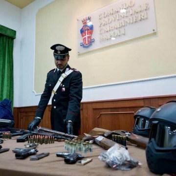 Napoli, scacco al clan Lo Russo. Sequestrato arsenale da guerra