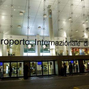 Napoli, corriere della droga arrestato in aeroporto. Sequestrati oltre 5 chilogrammi di eroina