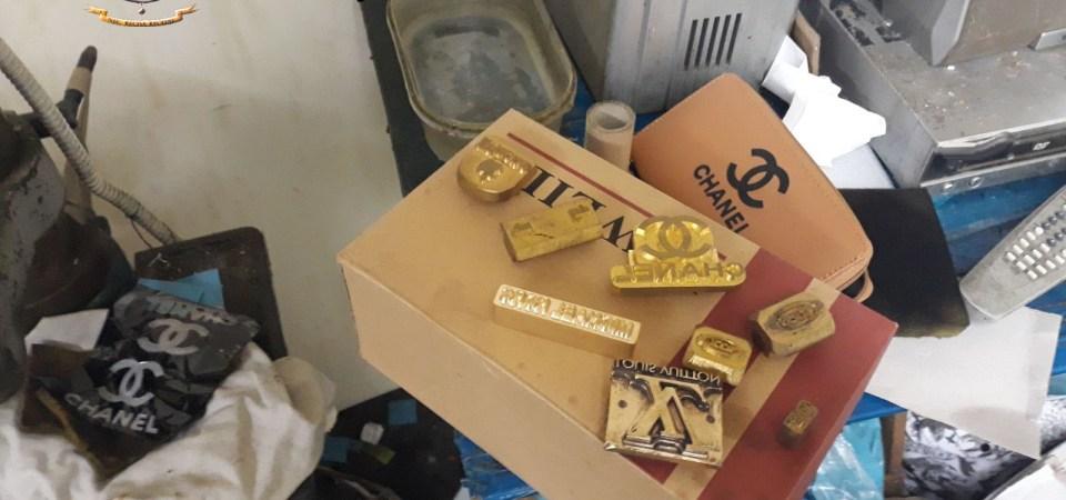 Napoli, scoperto opificio abusivo. Sequestrati 1.500.000 pezzi falsi