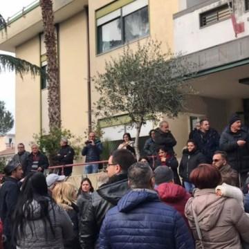 Orta di Atella, montagne di rifiuti in strada, il C.I.T.E non paga i lavoratori. I cittadini protestano. Guarda foto e video