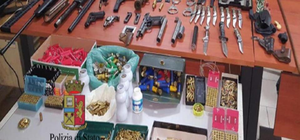 Napoli, ruba un bracciale in oro del valore di 3000 euro. L'intervento dei poliziotti consente di recuperare la refurtiva ma anche di scoprire una santabarbara nell'appartamento di un 65enne a Pianura