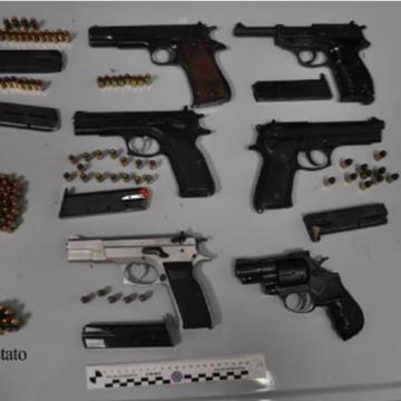 Napoli, maxi sequestro di droga, armi e contanti. 17 arresti tra Campania e Lazio. Acquistavano droga dalla Spagna, Colombia e Olanda