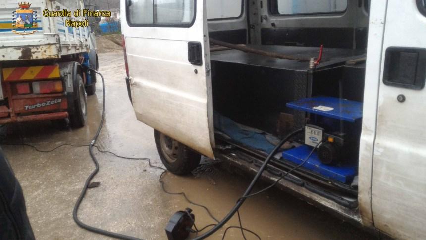 Pozzuoli, vendeva carburante di contrabbando con furgone ambulante. Denunciate due persone