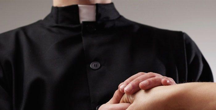 Napoli, sit-in delle vittime dei sacerdoti pedofili. Denunce insabbiate dalla Chiesa. Sacerdoti pedofili allontanati, insegnano catechismo ai bambini sotto falso nome