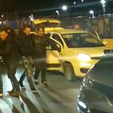 Si fingono carabinieri per minacciare e rapinare una famiglia. Spettacolare arresto della polizia. Guarda il video