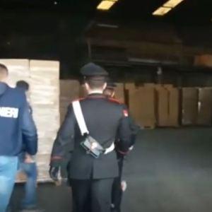 Napoli, 14 tonnellate di sigarette nascoste in pannelli isolanti. 28 Arresti per contrabbando in tutta la provincia. Guarda il video.