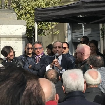 Grumo Nevano, Gianco contro tutti. Dopo la guerra dei manifesti arriva il comizio. Guarda il video