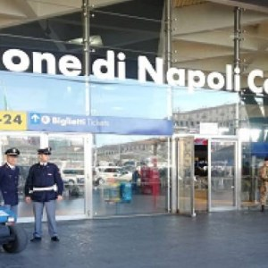 Napoli, aggredisce l'agente della Polfer che arrestò il compagno. Ai domiciliari una pluripregiudicata di Acerra