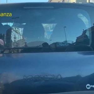 Napoli, fermati 4 tassisti abusivi con auto vecchie e senza assicurazione. Le famiglie percepivano il reddito di cittadinanza. Guarda il video