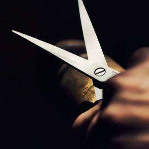 Raptus di follia: porta la cena al marito e viene colpita alle spalle con le forbici