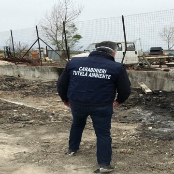 Terra dei fuochi: brucia rifiuti speciali all'interno della sua azienda agricola. Denunciato insieme al figlio