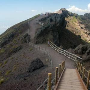 Perdono il sentiero e si smarriscono sul Vesuvio. Giovane coppia ritrovata dai Carabinieri