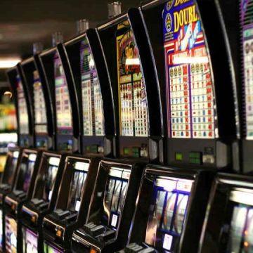 Vende i gioielli della moglie per giocare alle slot machines. Denunciato