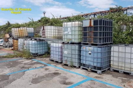 Detergenti spacciati per igienizzanti e lavoratori senza contratto. Sequestrato un intero complesso aziendale