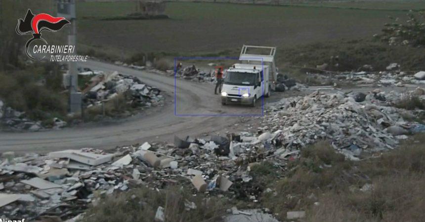 Scaricano i rifiuti in strada: incastrati dal filmato dei carabinieri (video)