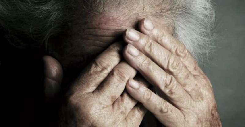 Sfascia i mobili di casa e stringe le mani al collo dell'anziana madre. Arrestato