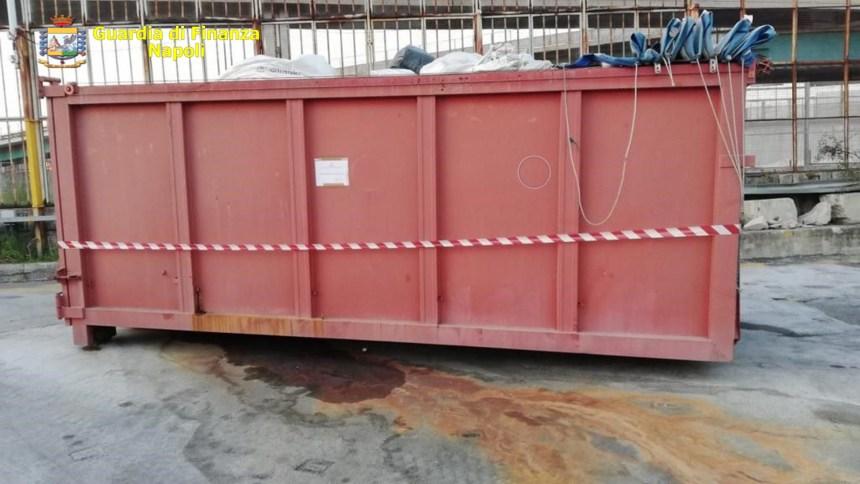 Napoli, sequestrate 100 tonnellate di rifiuti pericolosi dalle fiamme gialle. Denunciato un responsabile