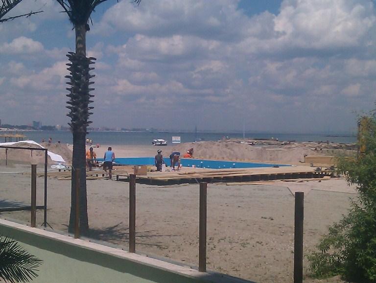 Piscina pe plaja din fata hotelului Malibu din Mamaia