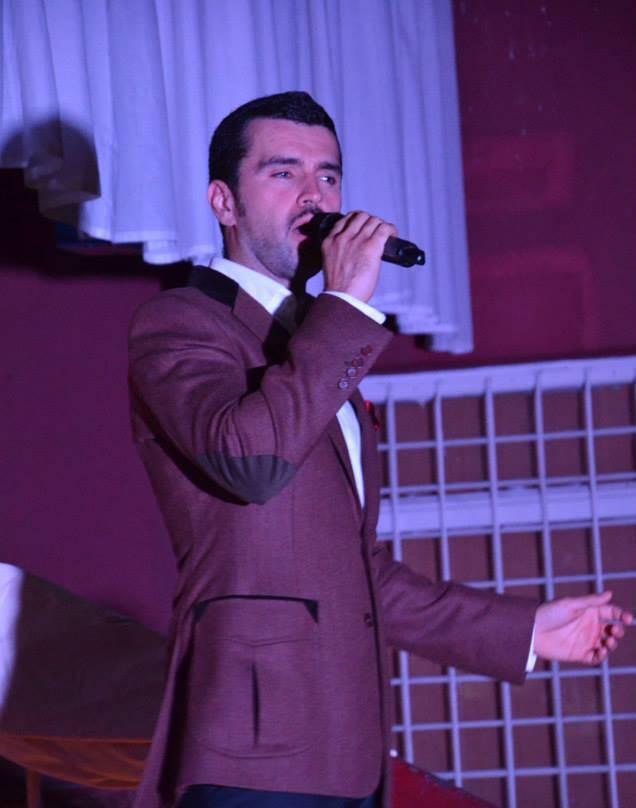 Vlad Miriţă cântă la un vernisaj de pictură