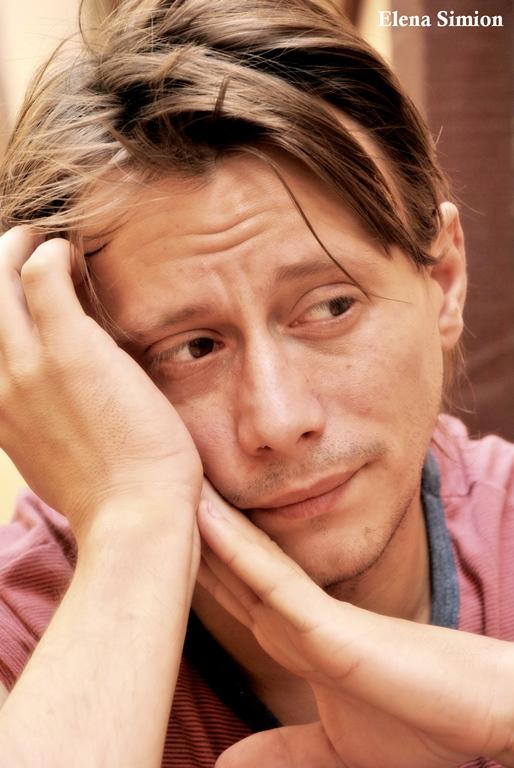 Actorul Marius Manole de nerecunoscut în spectacolul de teatru Noi4