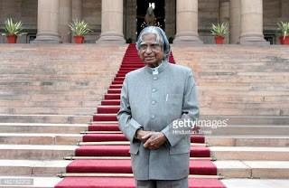 APJ Abdul Kalam standing in front of Rashtrapathi Bhavan