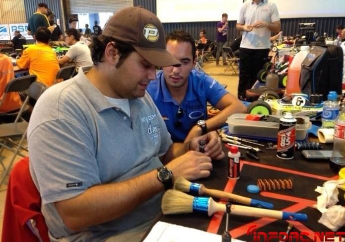 FOTO 7_ edu arreglando su coche para la subfinal