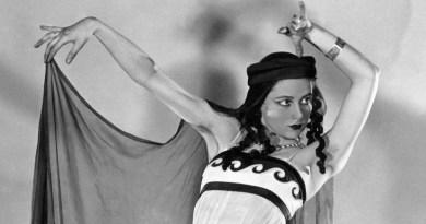 """Photo prise le 06 novembre 1937 d'Yvette Chauviré, danseuse à l'Opéra de paris. Elle connut ses premiers succès dans les ballets de Serge Lifar """"David triomphant"""", """"Alexandre le Grand"""" et surtout """"Istar"""", comme danseuse étoile (1941). De 1949 à 1954, elle entreprend une brillante carrière internationale, puis revient à l'Opéra de Paris, où elle prend la direction de l'école de danse (1963-1972). Son interprétation de """"Giselle"""" est restée célèbre. (FILM)  AFP PHOTO / AFP PHOTO"""