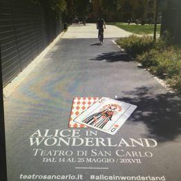 Alice in Wonderland per le strade di Napoli