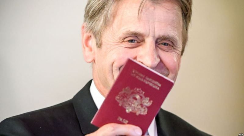 World-famous dancer and actor Mikhail Baryshnikov poses with a Latvian passport after he was granted Latvian citizenship in Riga, Latvia, on April 27, 2017.  Baryshnikov became a Latvian citizen after the Latvian parliament Saeima voted to grant him a passport. / AFP PHOTO / Ilmars ZNOTINS
