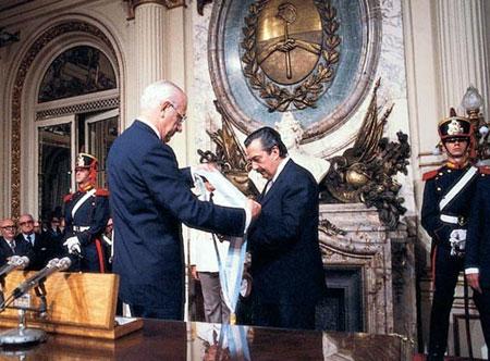 Alfonsin-asume-Presidencia