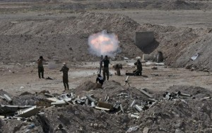 Members of the Iraqi army and Shi'ite fighters launch a mortar toward Islamic State militants outskirt the city of Falluja, Iraq May 19, 2015. REUTERS/Stringer