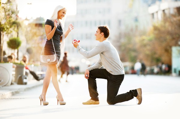 wedding-proposal-in-street