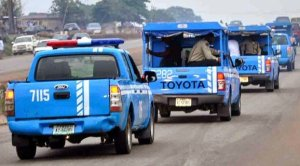 The Federal Road Safety Corps FRSC - [Video]: Angry Car Owner Gives FRSC Officials Beating Of The Lives For Damaging His Car
