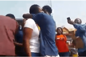 See how Anambra 'big boy' causes heavy traffic on busy street of Eke Awka to propose to his gf