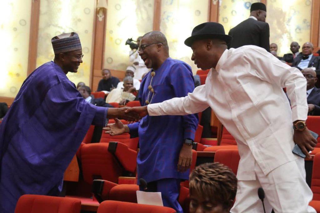D1i0N68WwAA5Ure - See drama! Saraki swears in new senator