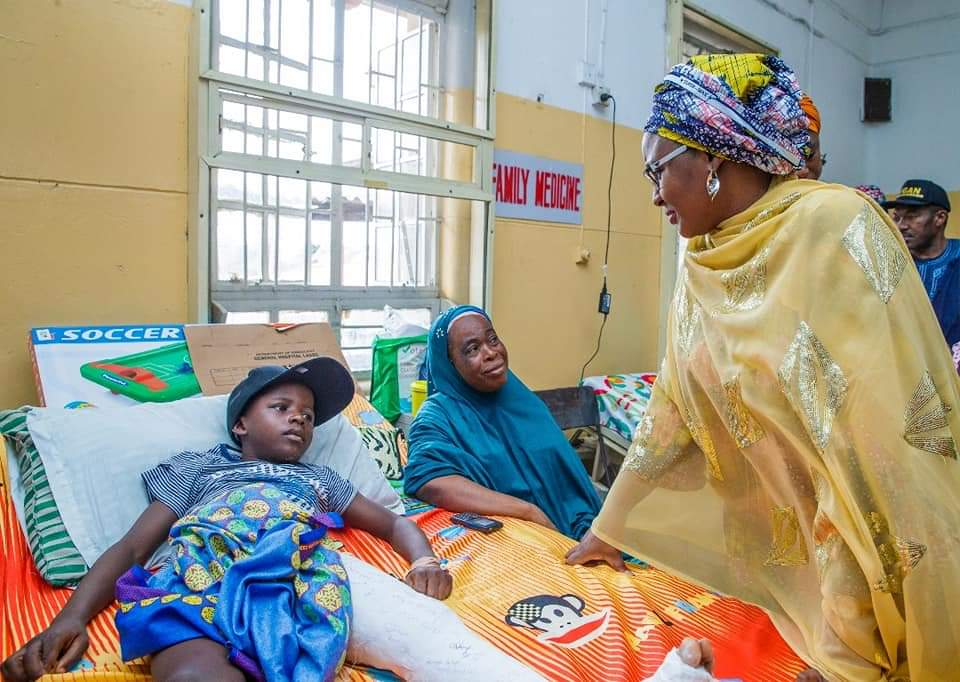D1z9Be1X0AEYIiF - [Pictures] Aisha Buhari visits victims of collapsed building