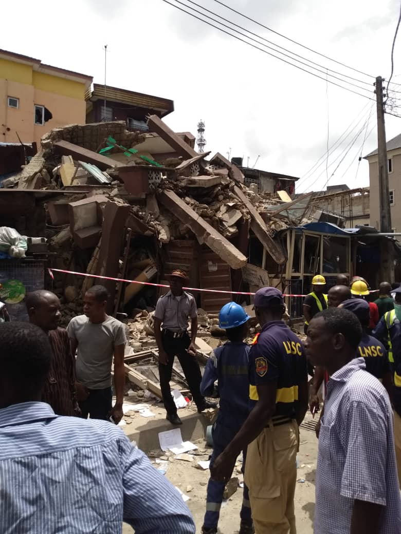 D2g8G4vWkAYIWvQ - [Photos News] Tragic Pictures of Kakawa Street building collapse in Lagos