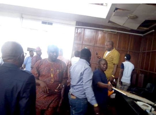 Lawmakers Flee As Huge Snake Falls From The Roof Of Ondo State House Of Assembly During Plenary
