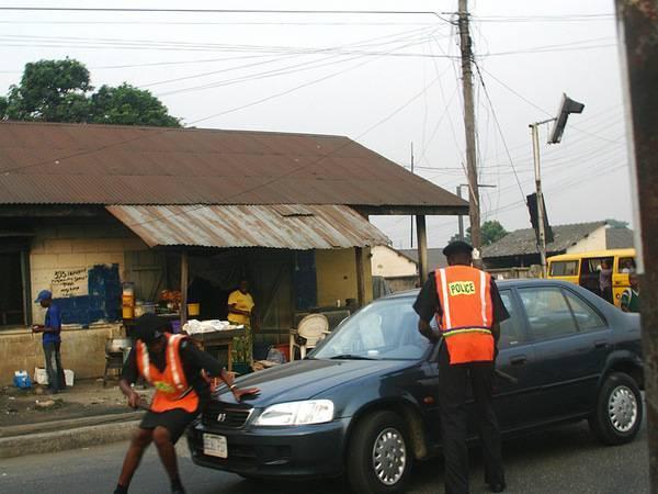Nigerian police extorting at checkoint