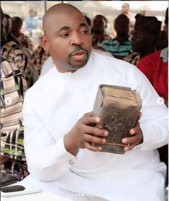 MC OLuomo while disbursing cash to widows