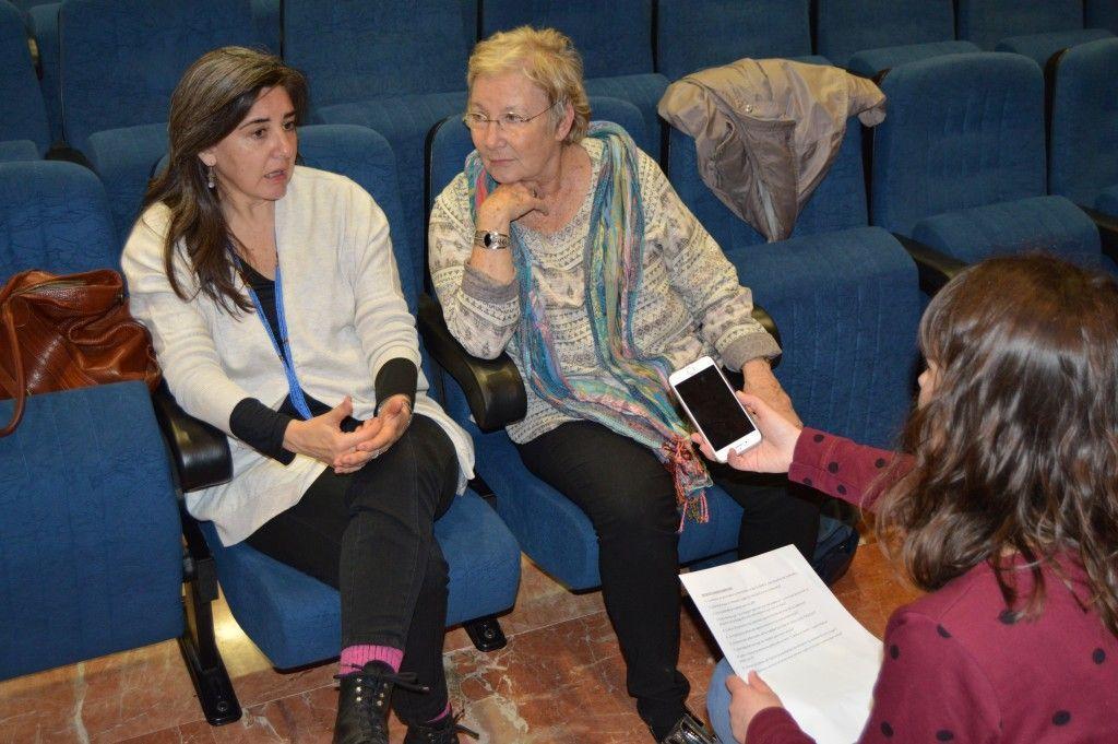 Teresa Aranguren y Sandra Barrilaro charlan con una de las redactoras de InformaUVa | Fotografía: Ángela Cabestrero