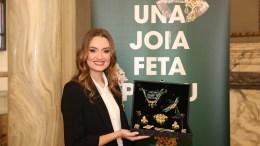 Consuelo Llobell con el aderezo reciclado/Img.informaValencia.com