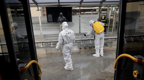 Los soldados de la UME limpian y desinfectan los lugares públicos mas comunes de Valencia/UME