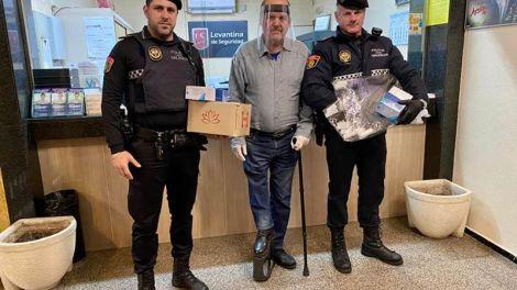 """El agente Raúl Vara (el de la izquierda de la foto)""""./Img. Levantina"""
