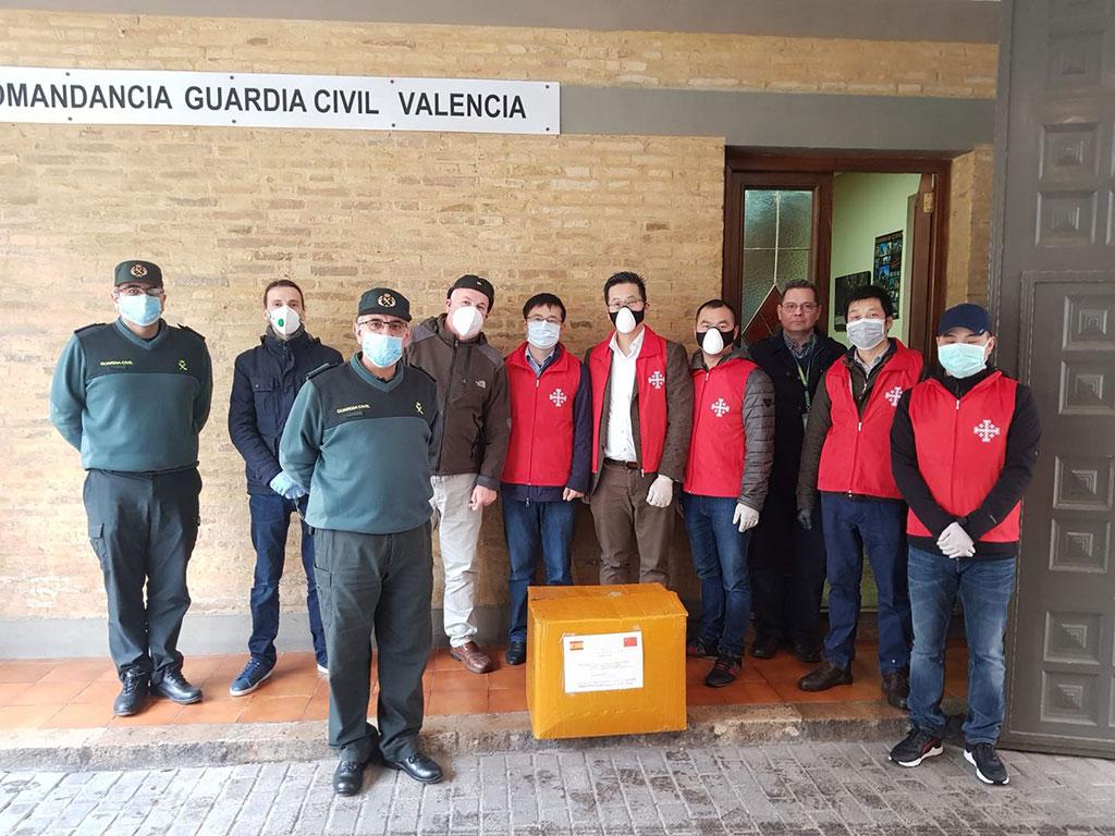 Los miembros de la comunidad católica china de Valencia entregando cajas con mascarillas y equipos de protección en la Guardia Civil/AVAN