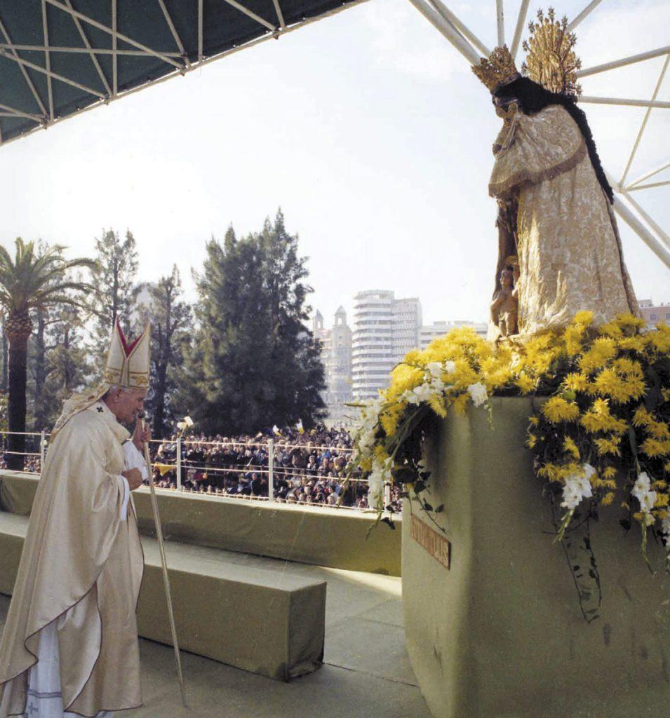 San Juan Pablo II oró ante la Virgen de los Desamparados en una multitudinaria ordenación sacerdotal en la Alameda durante su visita a Valencia en 1982./Archivo
